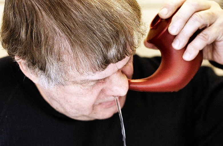 Strumenti per l'irrigazione nasale contro il russamento